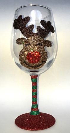 Reindeer Christmas wine glass by GlittersGalore on Etsy Christmas Wine Glasses, Glitter Wine Glasses, Diy Wine Glasses, Decorated Wine Glasses, Hand Painted Wine Glasses, Glitter Bottles, Wine Glass Crafts, Wine Craft, Wine Bottle Crafts