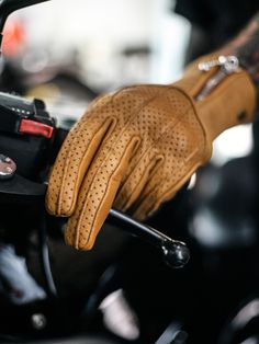 Guantes Silk Raptor Sand x Goldtop Motorcycle Shop, Motorcycles, Gloves, Classic, Leather, Shopping, Fashion, Derby, Moda