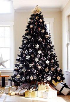 Cuando pensamos en un árbol de Navidad a nuestra mente viene siempre la misma ordinaria imagen, un frondoso ejemplar verde lleno de esferas, luces y moños pero, estos árboles son todo menos normales, son extremadamente hermosos, creativos y divertidos, sin duda tendré que variar el mio las próximas navidades. Negro Rojo Dulcemente blanco Azul :3 …