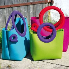 Tasche olga wattierter Griff zwei Größen. Die große Tasche mit Schlüsselband, das einfach über einen Knebel aus dem Schlüsselloch« gezogen wird. Wollfilz, 55 x 40 x 25 cm (Griff 30 cm), 45 x 30 x 18 cm (Griff 22 cm), 220/160