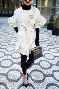 Nobody should give up on looking stylish all year round, so we came up with stylish winter jackets for women for that sharp look every season of the year. Chanel Outfit, Chanel Fashion, Estilo Coco Chanel, Street Chic, Street Style, Look Fashion, Fashion Outfits, Fall Fashion, Look Girl