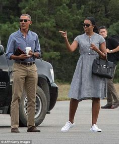 The first family boarded Air Force One today, returning to Washington DC after their last jaunt in Martha& Vineyard before the end of Barack Obama& presidency. Michelle Obama Fashion, Michelle And Barack Obama, Mr Obama, Women In History, Black History, Us Presidents, Black Love, Phillip Lim, Power Couples
