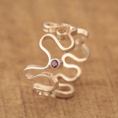 Ring Zilver 925 (1ste gehalte)Ringmaat:17 mm.(Ringmaat is wat op rekbaar)Breedte: 11 mm.4x edel steentjes briljant geslepen .1x Topaas 2,25 mm. (kleur licht blauw)1x Peridot 2,25 mm. (kleur