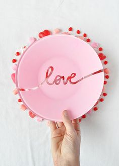DIY Valentijns borden met teksten als 'Love', 'Be mine' en 'xoxo' // via Minted Diy Valentine's Presents, Valentines Presents, Valentines Day Party, Valentine Day Love, Valentine Day Crafts, Diy Valentine's Day Gifts For Her, Valentine's Day Diy, Saint Valentin Diy, Valentines Bricolage
