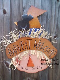 Harvest Welcome Scarecrow Wall Hanging Fall por stephskeepsakes Country Wood Crafts, Fall Wood Crafts, Halloween Wood Crafts, Scarecrow Crafts, Fall Arts And Crafts, Fall Scarecrows, Autumn Crafts, Fall Door Decorations, Fall Decor