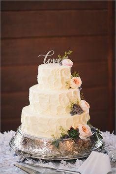 rustic white wedding cake @weddingchicks