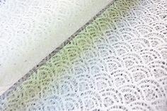 Le papier dentelle japonais d'Awagami (rakasui-shi).... on projette de l'eau à travers un pochoir sur la feuille encore humide. Une merveille à travailler en carterie !:) Papier en fibre de mûrier fabriqué à la main et séché sur des plaques en métal. Pour les-papiers-de-Lucas #papierjaponais #papierjapon #washi
