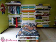 Cama de solteiro feita com paletes de madeira #pallets #palletfurniture Veja mais: http://maispaletes.com/?p=1180