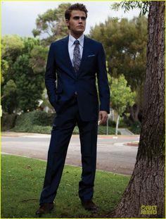 Paul Wesley pose en costume