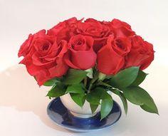 Taza de amor: Docena de rosas rojas con follaje.  Este arreglo va en una base de taza de té. Solicítalo ya: Teléfono +571 2159030 o al correo electrónico clientes@lapetala.com Precio $ 80.000