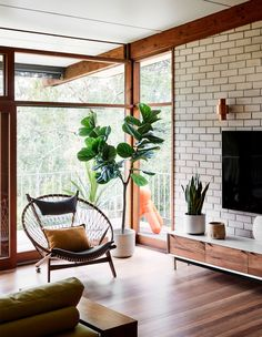 Inside the North Warrandyte, mid-century home of property stylist Anna Byrnes and family. Mid Century Modern Living Room, Mid Century Modern Decor, Mid Century House, Living Room Modern, My Living Room, Mid Century Ranch, Living Room Plants, Mid Century Modern Kitchen, Mid Century Chair