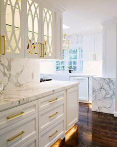 """Fiquei procurando uma palavra para definir esse """"sonho de cozinha"""". Amei tudooooo!!!!!! Dos armários ao Marmore e esse piso maravilhoso. A iluminação é um detalhe à parte."""