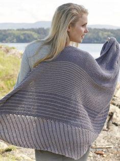 Retstrikket sjal i grålilla. Sjalet er strikket i alpaka og silke, så ud over at det luner godt, ser det skønt ud om skuldrene her i sensommeren.