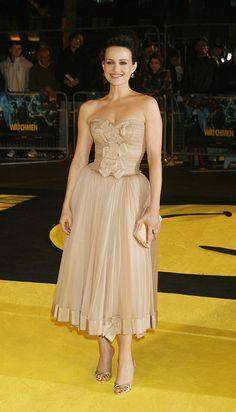 胸元のリボンとエアリーなスカートのヌーディーカラーのドレスのカーラ・グギノ
