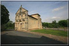 Boresse - Charente Maritime - L'art Roman montre une église trapue, ramassée sur sa base. Seul le portail en style Saintongeais donne de la hauteur à cette construction dont le système défensif est minimal.