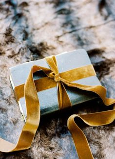 Gold Velvet Ribbon Gives Presents An Extra Touch Noel Christmas, Winter Christmas, All Things Christmas, Modern Christmas, Christmas Topper, Christmas Hanukkah, Magical Christmas, Brown Paper Packages, Pretty Packaging