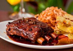 Chamadas de baby back ribs, a famosa costelinha de porco é um prato muito comum em churrascos, almoços e jantares. Os a
