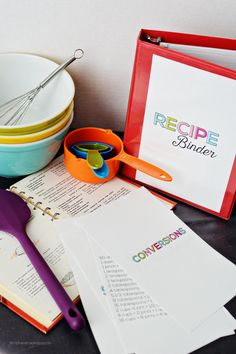 Free printable mini recipe binder! Great for organizing family recipes and it takes up little space in the kitchen!