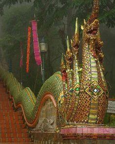 Detalhe da arquitetura do fascinante Wat Phra That Doi Suthep templo budista que fica em Chiang Mai. #calçathai #templo #budismo #arquitetura #detalhe #tailândia #culturatailandesa