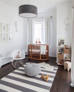 Una alfombra para jugar con el bebé en el suelo y mecedora para dormirle