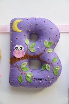 This Pin was discovered by TerLetter B with pink owl at night made of felt Autor & # s … - Diy Baby Felt Kids, Felt Baby, Felt Crafts, Fabric Crafts, Handmade Crafts, Diy And Crafts, Felt Letters, Felt Decorations, Felt Applique