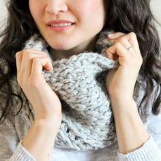 Crochet cowl with a knitted look. Free pattern!