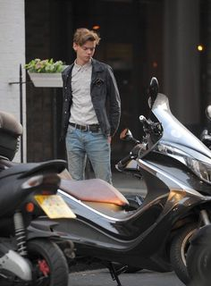 New photos of Thomas riding his bike recently in SoHo, London. Maze Runner Cast, Maze Runner Movie, Maze Runner Series, Thomas Brodie Sangster, Game Of Thrones, Phineas E Ferb, Nanny Mcphee, Old Shows, Rock Music