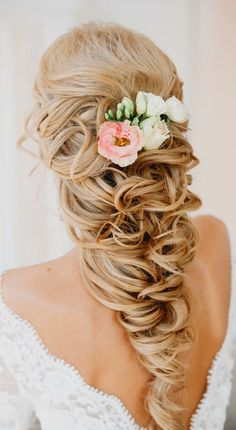 Wedding Hairstyles There is something so romantic about a bride with floral hairstyles. You can find a lot of accessories for wedding hairstyles with flowers. We have gathered some stunning wedding hairstyles with flowers to inspire you. Wavy Wedding Hair, Bohemian Wedding Hair, Wedding Hair Flowers, Wedding Hair And Makeup, Flowers In Hair, Fresh Flowers, Wedding Updo, Simple Flowers, Wedding Dresses