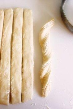 Topi se u ustima: Lisnata pogača sa sirom Pita Recipes, Greek Recipes, Snack Recipes, Cooking Recipes, Snacks, Greek Pastries, Bread And Pastries, Eat Greek, Greek Cooking