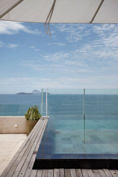 decoracao-piscina-borda-infinita-com-vista-da-praia-do-leblon-cobertura-triplex-no-leblon-por-izabela-lessa
