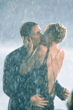 Pin for Later: The Best Movie Kisses of All Time Great Expectations It's a dramatic kiss in the pouring rain for Finnegan (Ethan Hawke) and Estella (Gwyneth Paltrow). Kissing In The Rain, Dancing In The Rain, Couple Kissing, Couple Pics, Couple Goals, Love Kiss, Kiss Me, Movie Kisses, I Love Rain