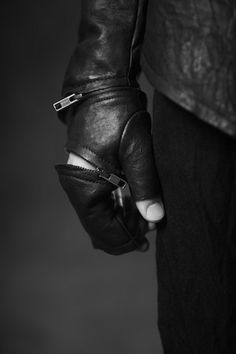 Obscur FW11-2 SC leather gloves   fashion   zips and leather   black & white fashion editorial   wicked gloves