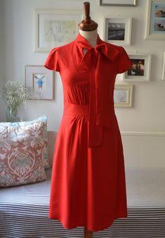 Šatičkování+*+Cannes*+s+vázačkou+*+vel.+S+*+Nový+střih+šatiček,+tolik+lichotivý,+tuze+ženský+a+elegantní+....+Krásně+sedí+a+je+tuze+pohodlný.+Tyto+šaty+z+krásného+žoržetu+v+krásné+červené+barvě+dovezeného+z+Itálie.+*+Šaty+zeštíhlují,+vázačka+vypadá+velmi+rozverně+a+žensky.+Zapínání+šatůna+skrytý+zip+na+boku.Jsou+prostě+nepřehlédnutelné+a...