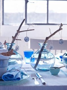 Coastal Style: Seaside Inspired Table Setting-maybe for brunch Blue Table Settings, Christmas Table Settings, Christmas Table Decorations, Decoration Table, Table Centerpieces, Christmas Tablescapes, Nautical Christmas, Blue Christmas, Christmas Fashion