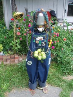 Unique funny and creative diy scarecrow ideas for your garden, outdoor front yard easy to make Make A Scarecrow, Scarecrow Ideas, Reuse Old Clothes, Types Of Craft, Save The Day, Clothes Crafts, Recycled Crafts, Toddler Crafts, Yard Art