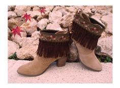 COVER GREEN: Tira bordada con puntilla y flores en detalle burdeos y salmón, con fleco en Antelina tono marrón chocolate y cinta de piedra forrada.
