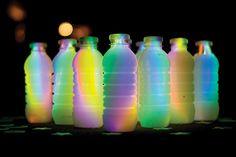 Petflaskor, glow-sticks och en fotboll är allt som behövs för mörkerbowling.