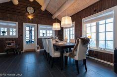 Lekker innholdsrik hytte i stav og laft med uthus.Flott utsikt