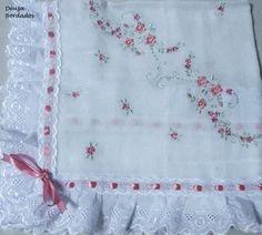 Manta feita com fralda Cremer luxo tecido duplo, bordada na máquina com acabamento em bordado inglês e passa fita.    As cores variam de acordo com o estoque ou solicitação do Cliente.