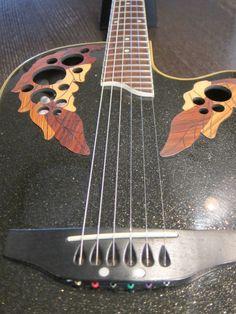 黒ラメの塗装がとても美しいギターです。