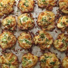 Kartofler i ovn. Kog kartoflerne. Mos dem på en bageplade, kom olie over og drys med krydderi. Bag 30 min. På 180 grader. Vend kartoflerne og drys med forårsløg, feta og evt. Bacon. Bag yderligere 20 min.