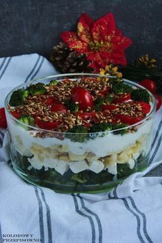 Sałatka warstwowa z brokułem i tortellini