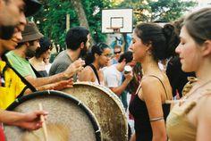 """Roda de Samba realizada pelo Kolombolo Diá Piratininga apresenta clássicos do samba paulista e composições da sua Ala dos Compositores. O evento conta também com a participação das Tias Baianas Paulistas, responsáveis pela delicioisa feijoada servida na praça. Homenagens: Zé Maria (velha Guarda do Peruche) Chanel Rigolon Presença especial do grupo de samba de bumbo...<br /><a class=""""more-link"""" href=""""https://catracalivre.com.br/geral/agenda/barato/praca-do-samba-3/"""">Continue lendo »</a>"""