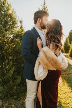 What To Wear For Holiday Photos · Haute Off The Rack christmasengagementphotos Christmas Pictures Outfits, Family Christmas Pictures, Christmas Party Outfits, Holiday Party Outfit, Christmas Tree Farm, Holiday Photos, Holiday Dresses, Christmas Minis, Holiday Cards
