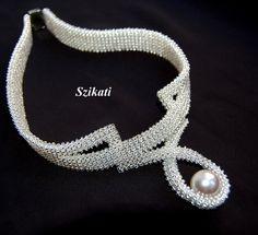 .Smuk halskæde med stor perle i midtvedhæng - men hvordan er den lavet ?