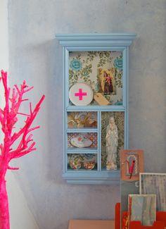 Petit cabinet de curiosité coloré