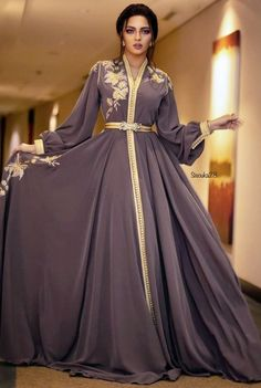 Luxury Moroccan Caftan News Trends 2019 – Moroccan Caftan Paris: Boutique Sale Caftan Luxury Cheap Source by hassibakaismoune Arab Fashion, Islamic Fashion, Muslim Fashion, Look Fashion, Kaftan Moroccan, Morrocan Dress, Pretty Dresses, Beautiful Dresses, Mode Abaya