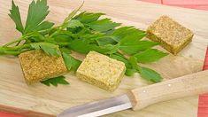 Silně aromatické listy libečku se hodí do mnoha pokrmů Korn, Cornbread, Pesto, Ethnic Recipes, Millet Bread, Corn Bread