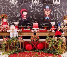 Decoração fofíssima e super charmosa para um dos meus temas favoritos, Chapeuzinho Vermelho! Também adoro chalkboard, não canso. Por @festejandocomarte ❤️ #kikidsparty: