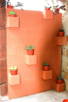 Planter table Use some single-opening cinder blocks to create a wall formation similar to the previous one. You'll need to use layers of cinder blocks. Cinder Block Walls, Cinder Block Garden, Cinder Blocks, Outdoor Buffet, Outdoor Decor, Design Jardin, Garden Design, Garden Planters, Planter Pots
